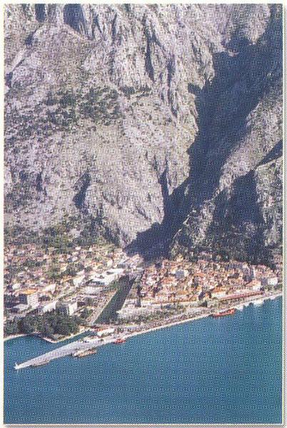 07_Kotor_Encadree_par_les_Alpes_dinariques.jpg