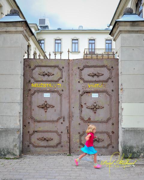 Neuzstatyti Vartos.  Don't block the gates!