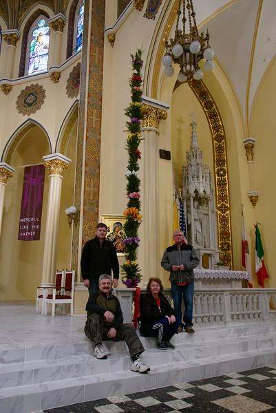 Ubieranie palmy w kosciele M.B. Czestochowskiej w Cicero