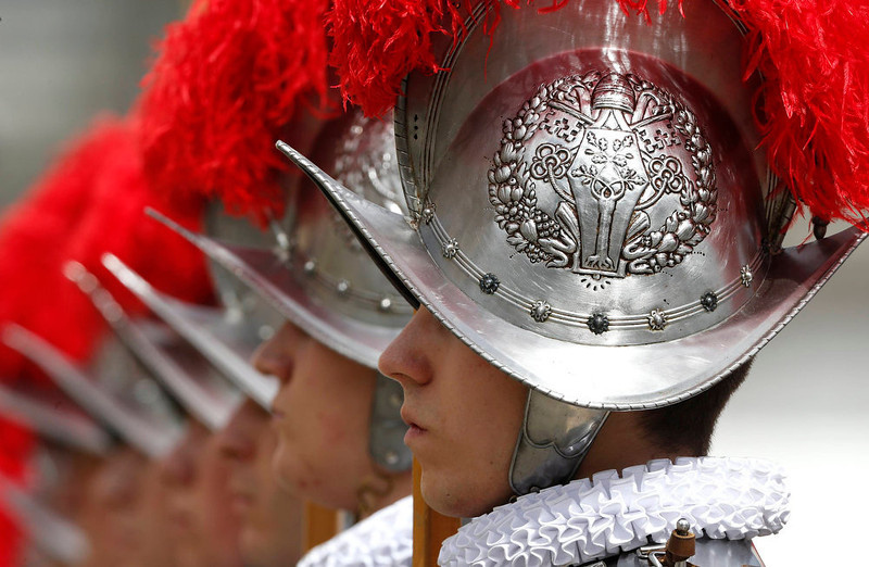 . Swiss guards stand at attention at the end of the Easter mass led by Pope Francis in St. Peter\'s Square at the Vatican March 31, 2013.  REUTERS/Stefano Rellandini
