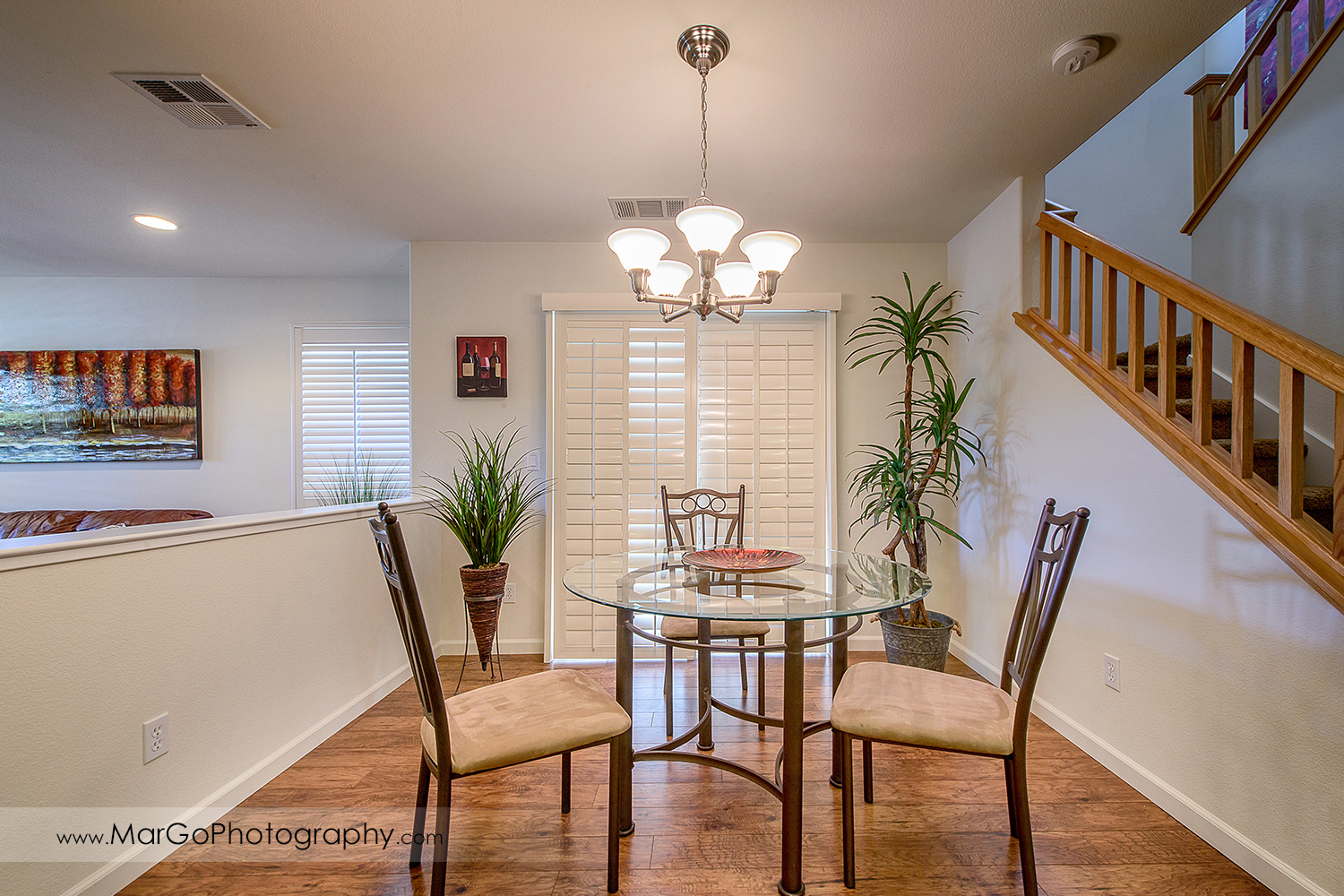 Pittsburd house dining room with round glass table - real estate photography