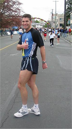 2003 Times-Colonist 10K - Thumbs up from Cliff Kennell before the start
