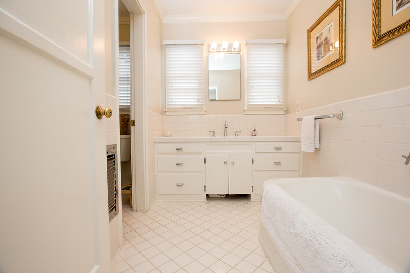 Main Bathroom 1.jpg