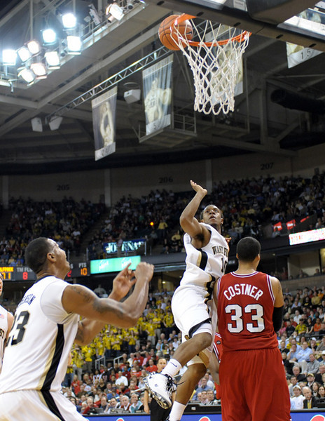 Smith to Johnson alley oop 01.jpg