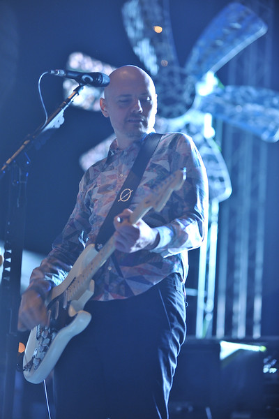 Billy Corgan plays guitar solo.