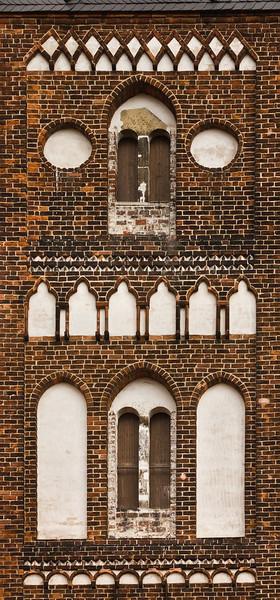 Jerichow, Stiftskirche: Detail Westbau vom Kreuzgang gesehen
