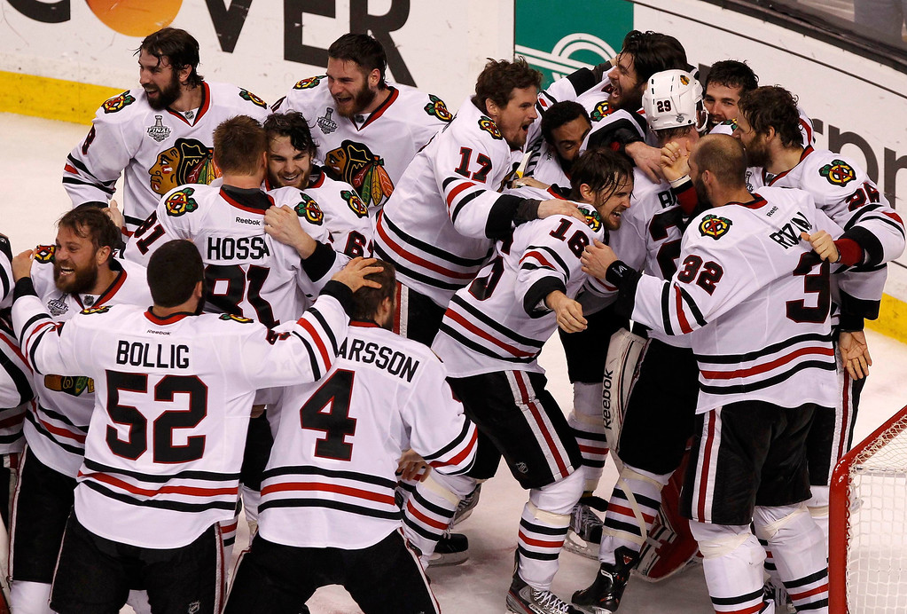 . Chicago Blackhawks players swarm the ice after defeating the Boston Bruins to win Game 6 and the NHL Stanley Cup Finals hockey series in Boston, Massachusetts, June 24, 2013. REUTERS/Adam Hunger
