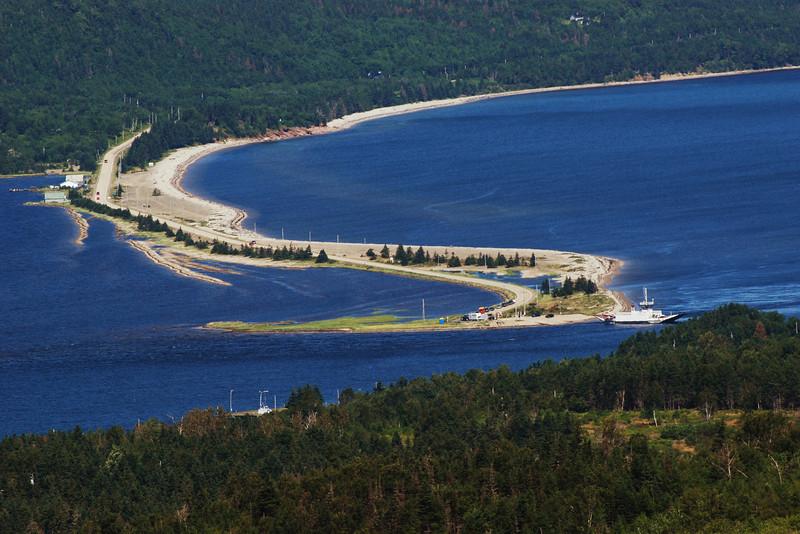 <html><span class=fre>Traversier/bac à câble (gratuit pour cyclistes) - Little Narrows, Nouvelle-Écosse</span> <span class=eng>Cable ferry (free for cyclists) - Little Narrows, Nova Scotia</span></htm