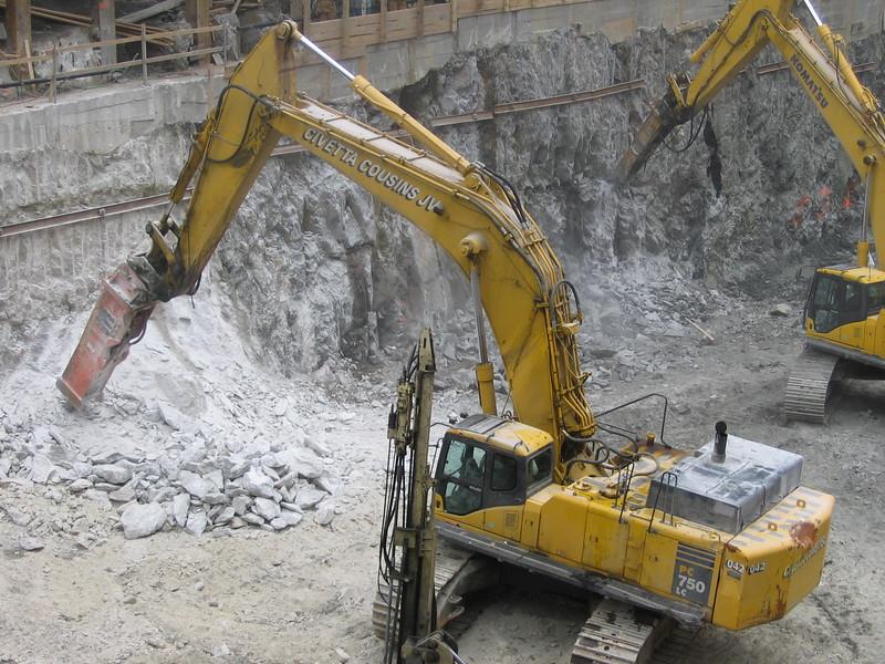 NPK GH40 hydraulic hammer on Komatsu excavator 1 (2).jpg