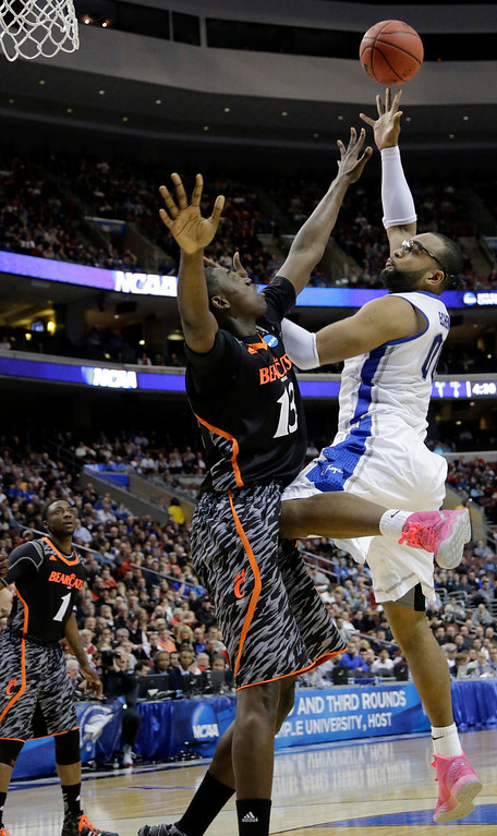 . Creighton\'s Gregory Echenique, right, goes up for a shot against Cincinnati\'s Cheikh Mbodj during the second half of a second-round game of the NCAA college basketball tournament, Friday, March 22, 2013, in Philadelphia. Creighton won 67-63. (AP Photo/Matt Slocum)