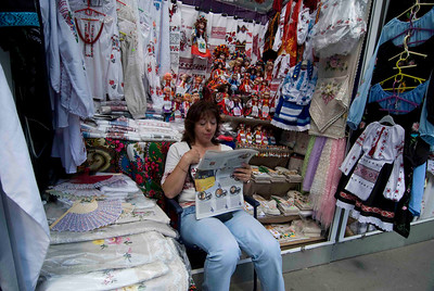 (Semi) Hand made embroidery is not such a best selling article in the early morning, so start with reading the newspaper.