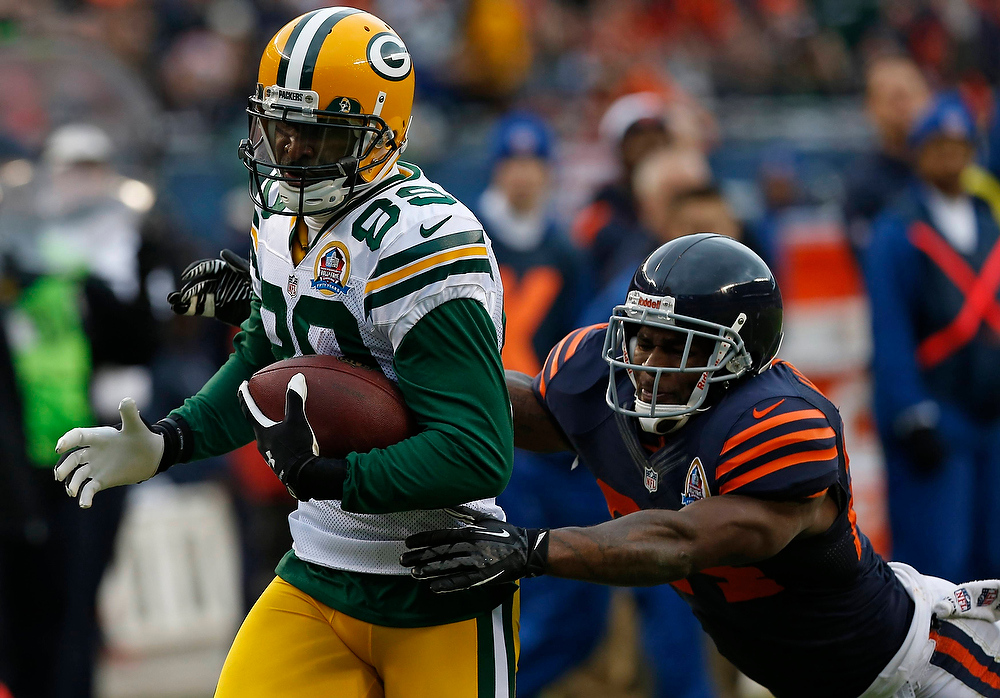 . Green Bay Packers\' James Jones (L) fights off Chicago Bears\' Kelvin Hayden on his way to scoring a touchdown during the first half of their NFL football game at Soldier Field in Chicago, December 16, 2012.     REUTERS/Jim Young
