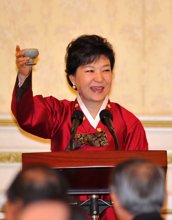 . South Korea\'s new president Park Geun-Hye raises her cup to toast, during the official dinner at the presidential Blue House in Seoul February 25, 2013.  REUTERS/Kim Jae-hwan/Pool