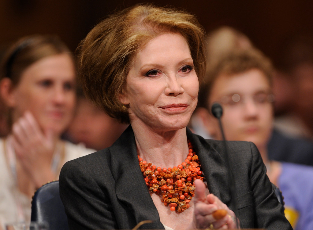 . Actress Mary Tyler Moore waits to testify on Capitol Hill in Washington, Wednesday, June 24, 2009, before the Senate Homeland Security and Governmental Affairs Committee hearing on Type 1 Diabetes Research. (AP Photo/Susan Walsh)