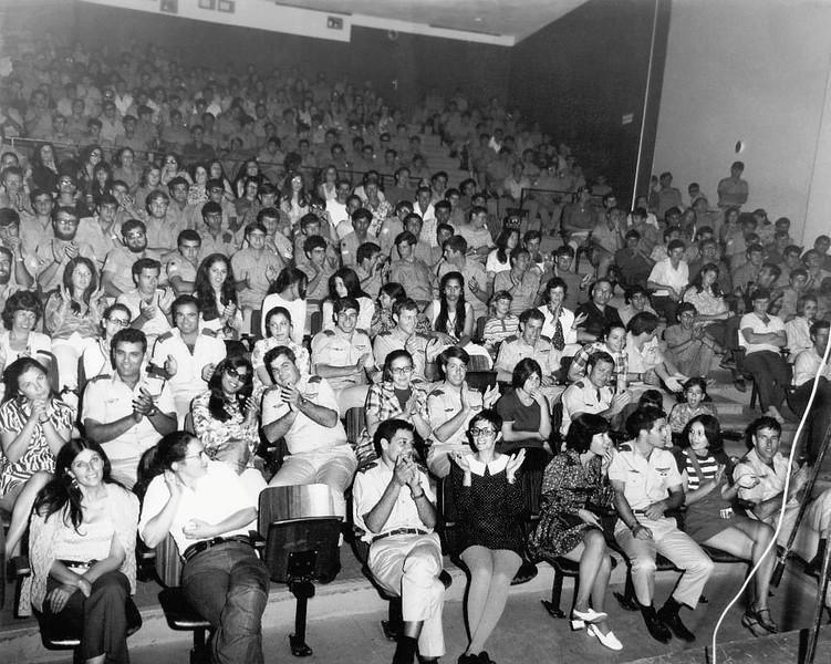 """ב 3/5/1972 – ערב טייסת. הופעה של להקת חיל הים באודיטוריום הבסיסי ואח""""כ – ריקודים לתוך הלילה. מתוך האוסף של יוסי יערי."""
