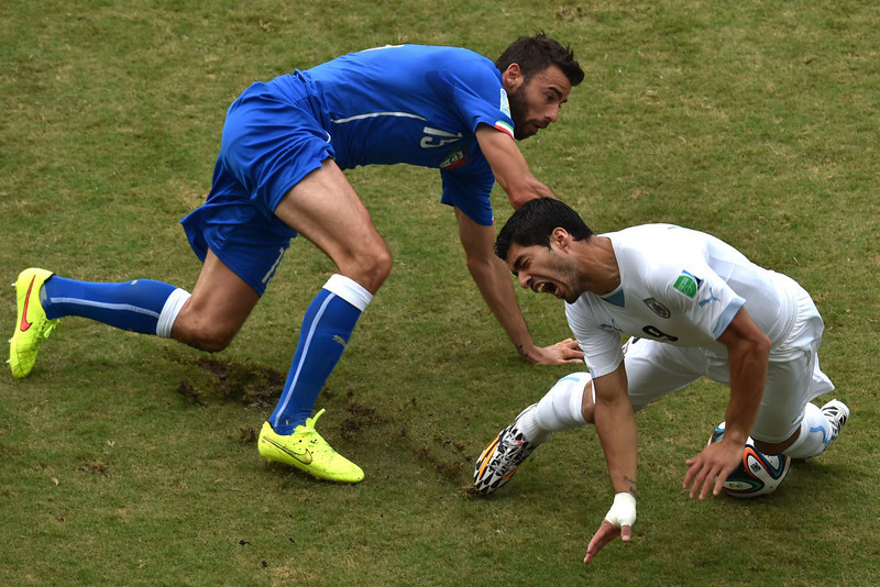 . Italy\'s defender Andrea Barzagli (L) vies with Uruguay\'s forward Luis Suarez during a Group D football match between Italy and Uruguay at the Dunas Arena in Natal during the 2014 FIFA World Cup on June 24, 2014.   YASUYOSHI CHIBA/AFP/Getty Images