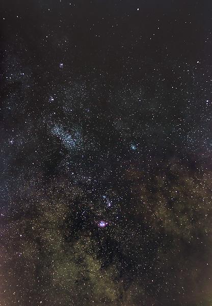 Oblast Střelce s náznakem mlhoviny M8 Laguna dole uprostřed a otevřenou hvězdokupou M23 uprostřed mírně vpravo (a tedy spoustou dalších, méně výrazných objektů) - Canon EF 1.8 II, f/2.8, EQ2, Canon 350D, cca. 30x30s ISO 3200. Odstraněno silné světelné znečištění.