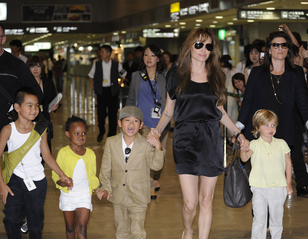 """. US actress Angelina Jolie (2R), accompanied by her children Maddox (L), Zahara (2L), Pax (3L) and Shiloh (R), arrives at the Narita International Airport on July 26, 2010. Jolie arrived in Japan to promote her latest film, the spy-thriller \""""Salt\"""". (YOSHIKAZU TSUNO/AFP/Getty Images)"""
