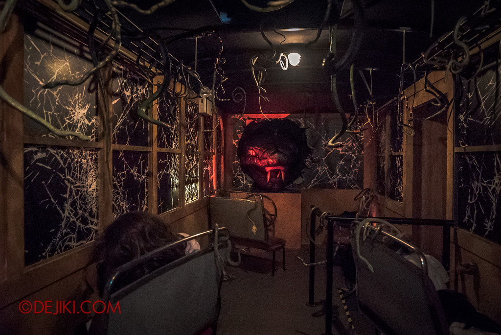 Halloween Horror Nights 7 - HEX haunted house / Snakes in the bus
