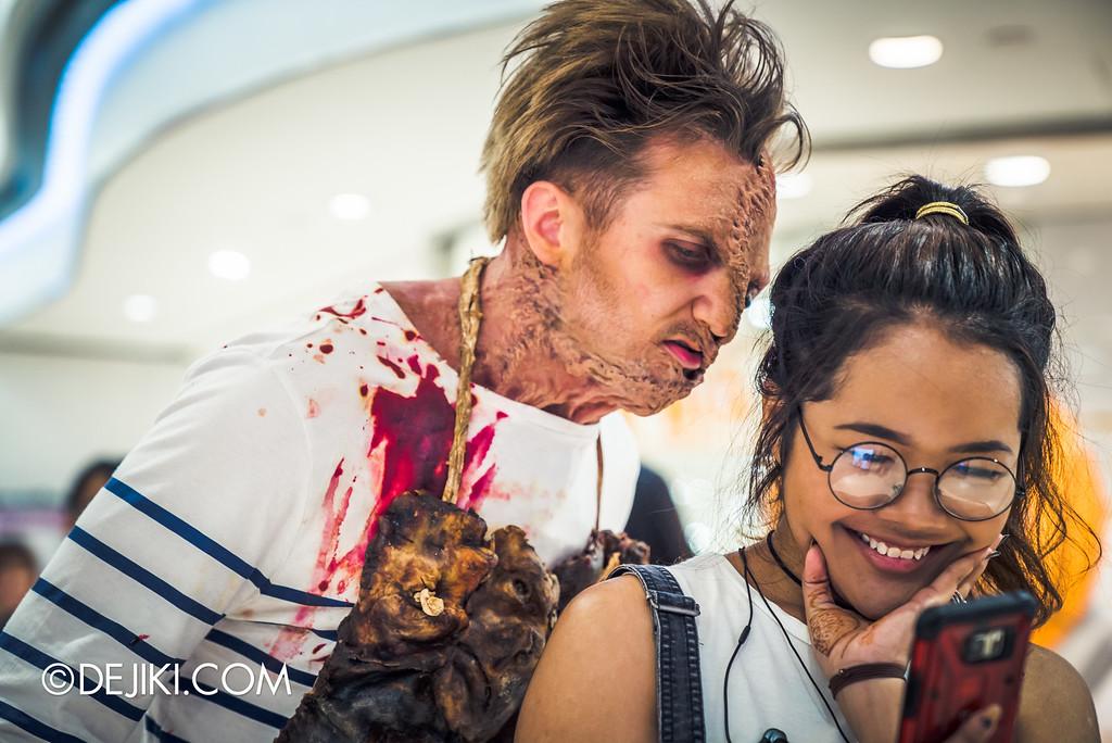 Universal Studios Singapore - Halloween Horror Nights 6 Before Dark Day Photo Report 3 - Scareactors at the Malls / Damien Shipman with selfie girl