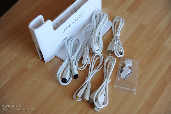 Mit der Docking Station werden spezielle Anschlusskabel für USB (2x), Lautsprecher, Mikrofon, Firewire, Ethernet-Netzwerk und Stromadapter - jedoch kein Netzteil oder ähnlich - mitgeliefert. Für die permanente Stromversorgung wird also ein (zusätzliches) Netzteil benötigt, lediglich Adapter für die 3 gängigen Stecker der Netzteile werden mitgeliefert. Ebenfalls nicht mitgeliefert werden Display Adapter (egal, ob für VGA oder HDMI). Auch dieser muss - wie das Netzteil - zusätzlich aus dem Apple Zubehörshop beschafft werden.