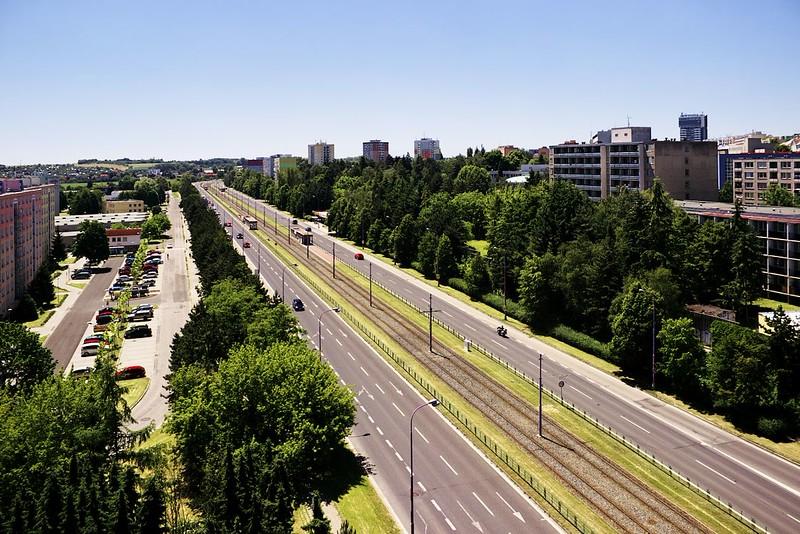Pohled z Hotelového domu na ulici Brněnská (výpadovce na Brno) a tramvajové zastávky Fakultní nemocnice a Pionýrská