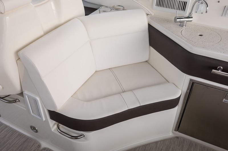 2021-Sundancer-320-Outboard-DAO320-cockpit-seating-00079.jpg