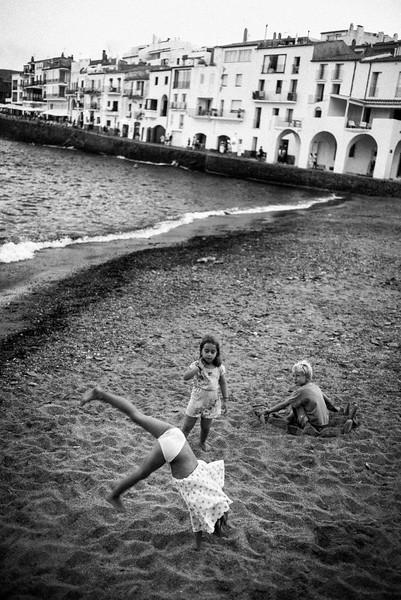 KIDS_PLAYING_ON_BEACH_CADAQUÉS.jpg