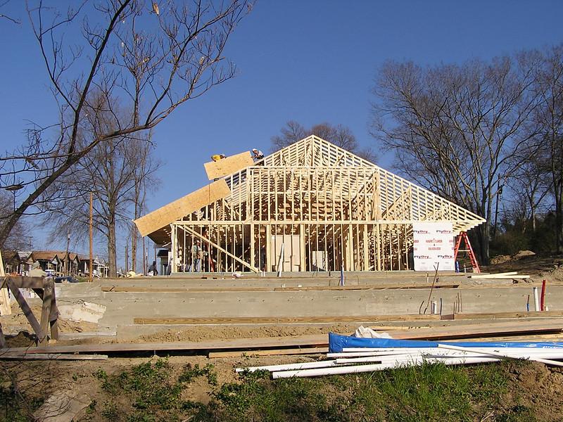 Fourth house goes up 3-4-06 130.jpg