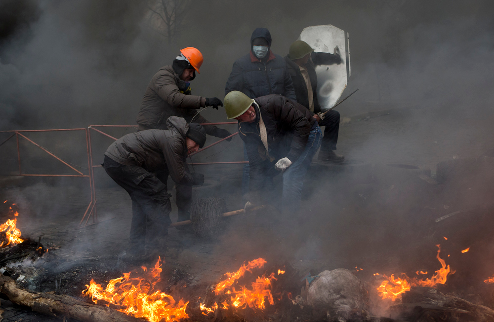 . Anti-government protesters reinforce a barricade in central Kiev, Ukraine, Thursday, Feb. 20, 2014. A brief truce in Ukraine\'s embattled capital failed Thursday, spiraling into fierce clashes between police and anti-government protesters. (AP Photo/Darko Bandic)