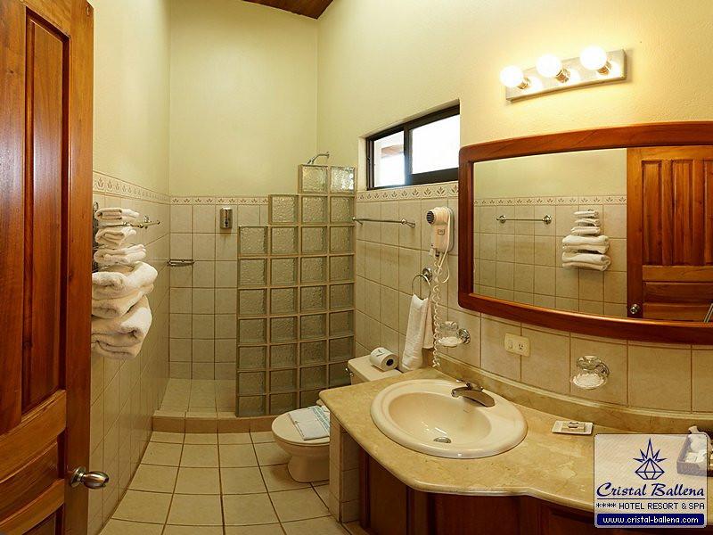 CB-Junior-Suite-09-bathroom1-04x03-0600px-wm.jpg