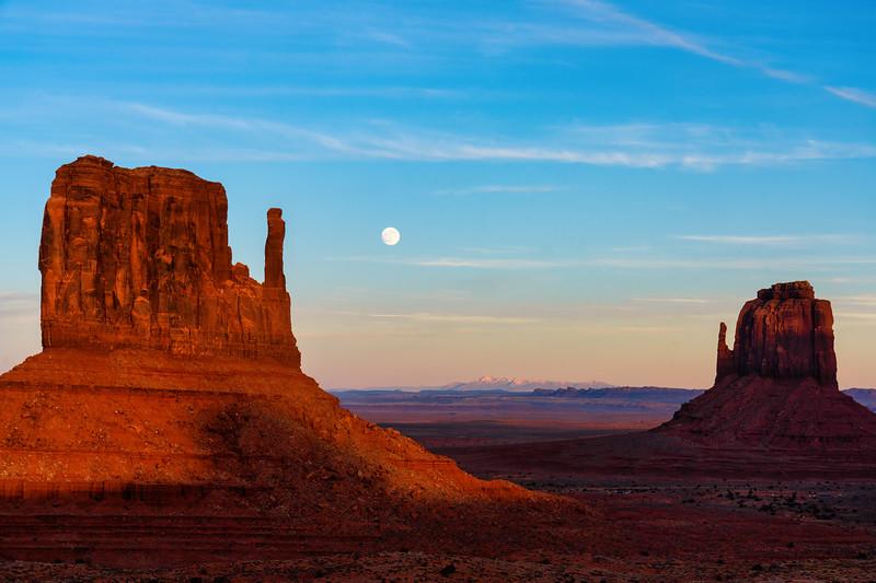 Monrise Between Monument Valley Mittens
