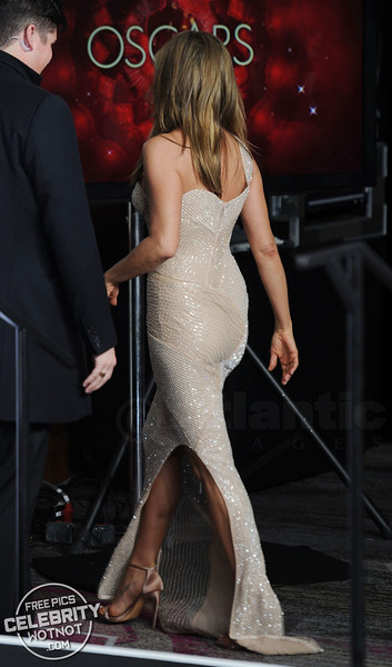 Jennifer Aniston In Versace Gown Showing Off Engagement Ring At The Oscars