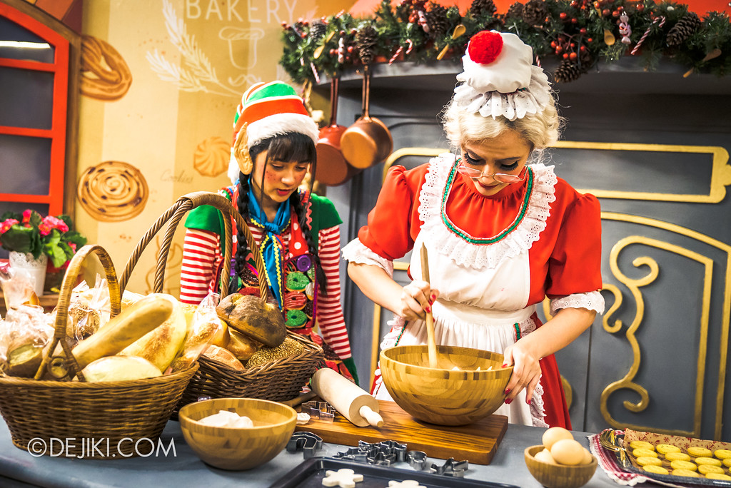 Universal Studios Singapore - A Universal Christmas event 2017 / Santa's Workshop Mrs Claus' Kitchen Mixing