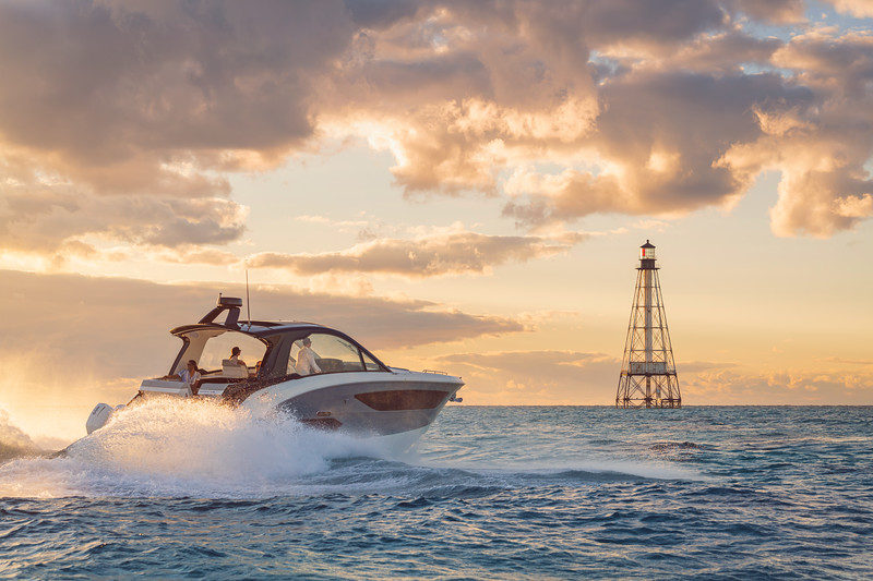 2021-Sundancer-370-Outboard-DAO370-lifestyle-starboard-stern-three-quarter-friends-lighthouse-00774-select.jpg