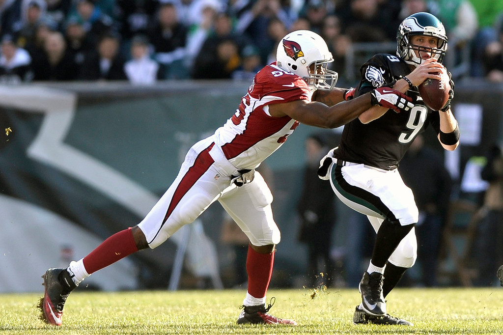 . Arizona Cardinals\' Karlos Dansby, left, chases down Philadelphia Eagles\' Nick Foles during the first half of an NFL football game on Sunday, Dec. 1, 2013, in Philadelphia. (AP Photo/Michael Perez)
