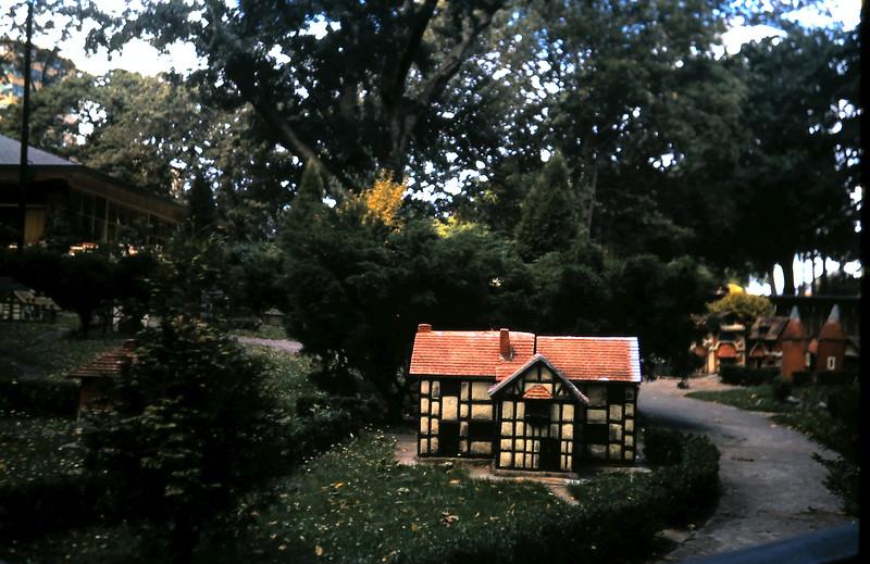 1972-12 (2) Fitzroy Gardens.JPG