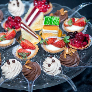 42220 Buffet of mini cakes and desserts