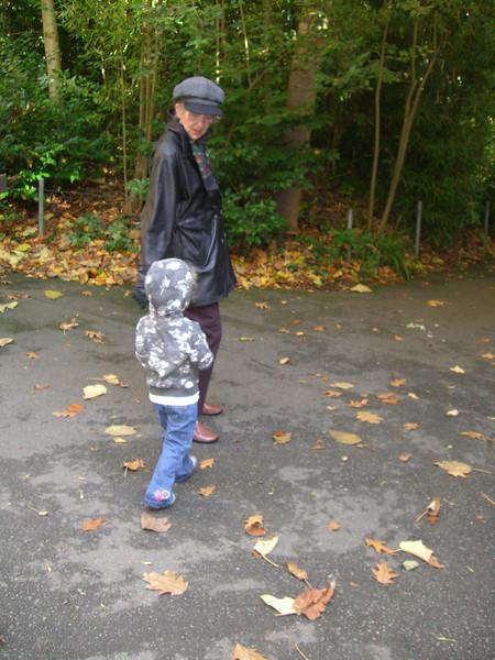 20071026.CIMG1853.Zoo-WalkingWithGrandma.jpg