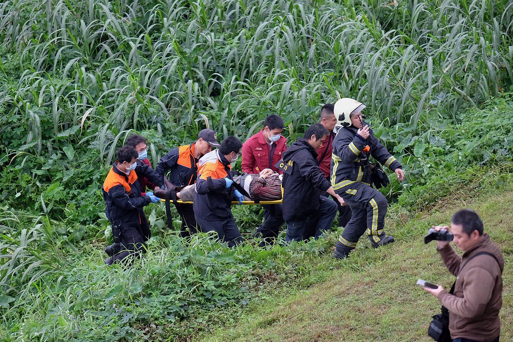 . Rescue personnel carry a passenger from a TransAsia ATR 72-600 turboprop plane that crash-landed into a river outside Taiwan\'s capital Taipei on a stretcher in New Taipei City on February 4, 2015. The passenger plane with 58 people on board was on a domestic flight when it plunged into the river, with at least 10 people rescued and dozens trapped inside, according to television reports.   AFP PHOTO / SAM YEHSAM YEH/AFP/Getty Images