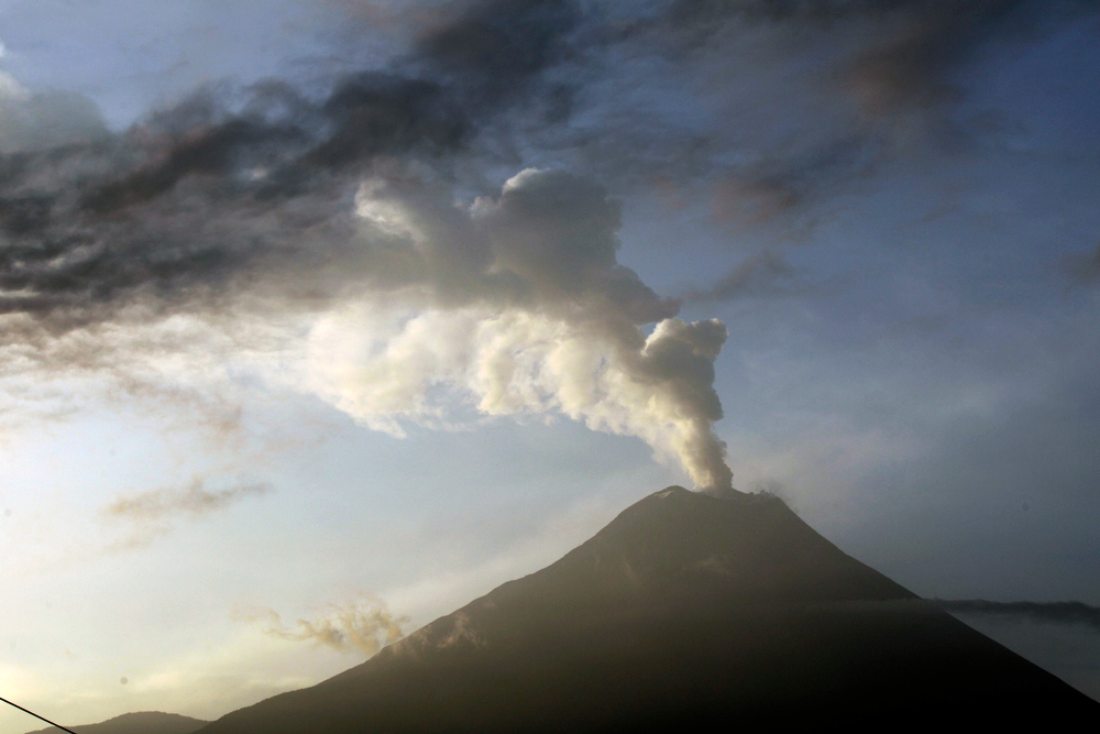 . he Tungurahua volcano emits an an ash-filled plume as seen from Huambalo, Ecuador, Monday, Dec. 17, 2012.  The country\'s National Geophysics Institute says that a constant plume of gas and ash is rising about half a mile (1 kilometer) above the crater, with ash falling on nearby communities.  (AP Photo/Dolores Ochoa)