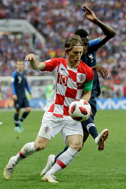 . Croatia\'s Luka Modric, left, vies for the ball with France\'s Blaise Matuidi, right, during the final match between France and Croatia at the 2018 soccer World Cup in the Luzhniki Stadium in Moscow, Russia, Sunday, July 15, 2018. (AP Photo/Matthias Schrader)