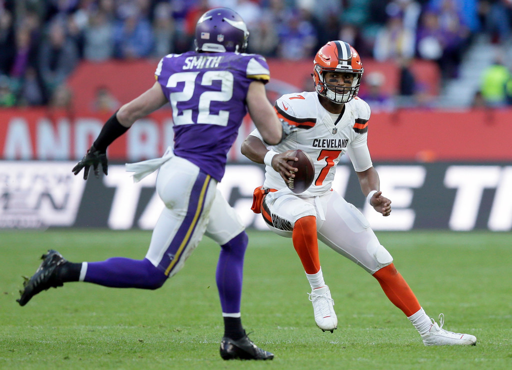 . Cleveland Browns quarterback DeShone Kizer (7) scrambles as Minnesota Vikings safety Harrison Smith (22) defends during the second half of an NFL football game at Twickenham Stadium in London, Sunday Oct. 29, 2017. (AP Photo/Tim Ireland)