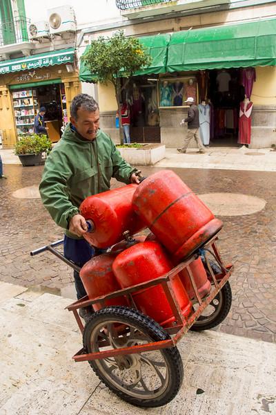 איש עם בלוני גז.jpg