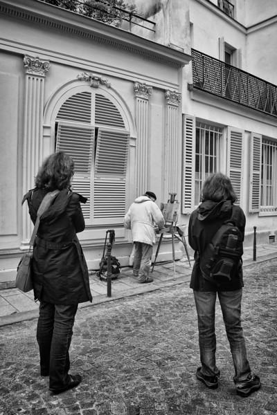Paris B&W painter w photogs 1123.jpg