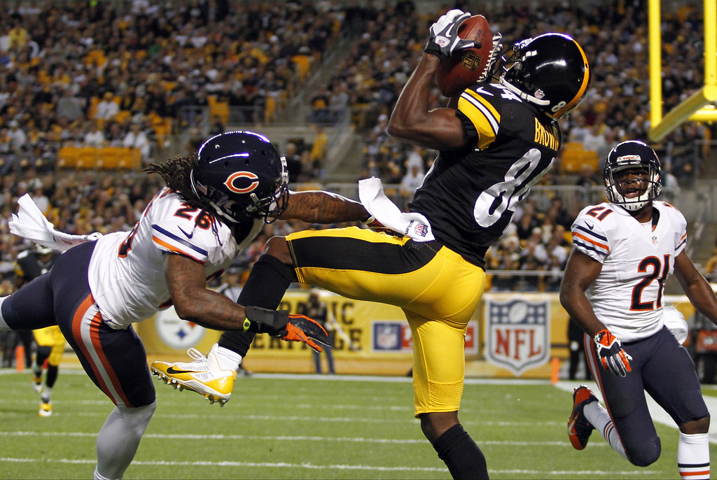 . Antonio Brown #84 of the Pittsburgh Steelers catches a 33 yard touchdown pass in the second quarter against Tim Jennings #26 of the Chicago Bears  during the game on September 22, 2013 at Heinz Field in Pittsburgh, Pennsylvania.  (Photo by Justin K. Aller/Getty Images)