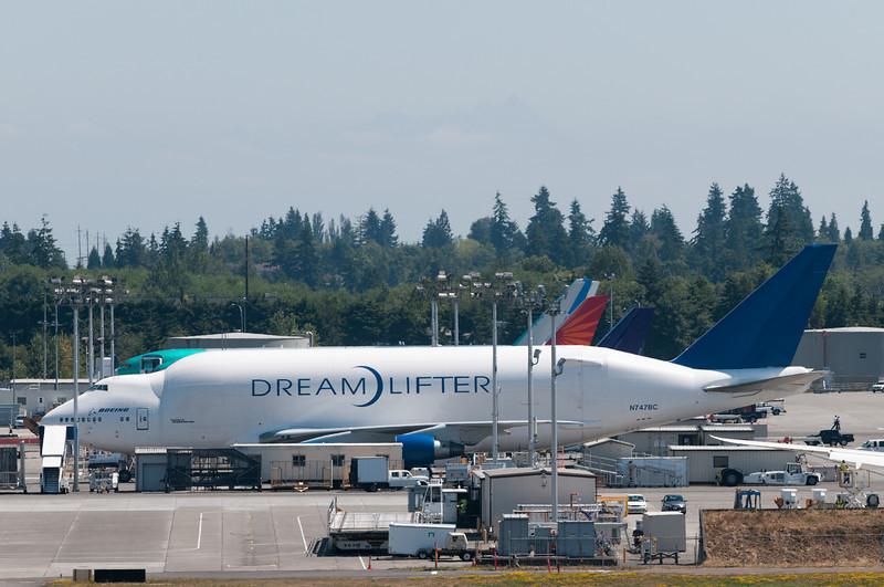 Ein Superlativ nach dem anderen. Hier das grösste Flugzeug der Welt (zumindest nach Volumen).