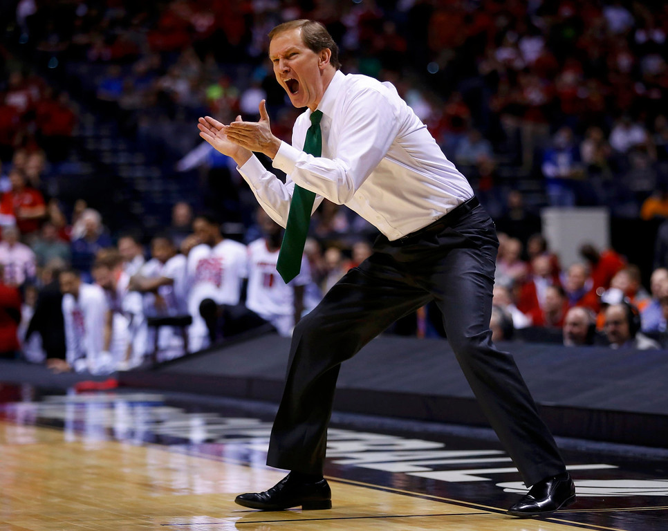 . Oregon Ducks head coach Dana Altman yells out to his team against the Louisville Cardinals during their Midwest Regional NCAA men\'s basketball game in Indianapolis, Indiana, March 29, 2013. REUTERS/Jeff Haynes