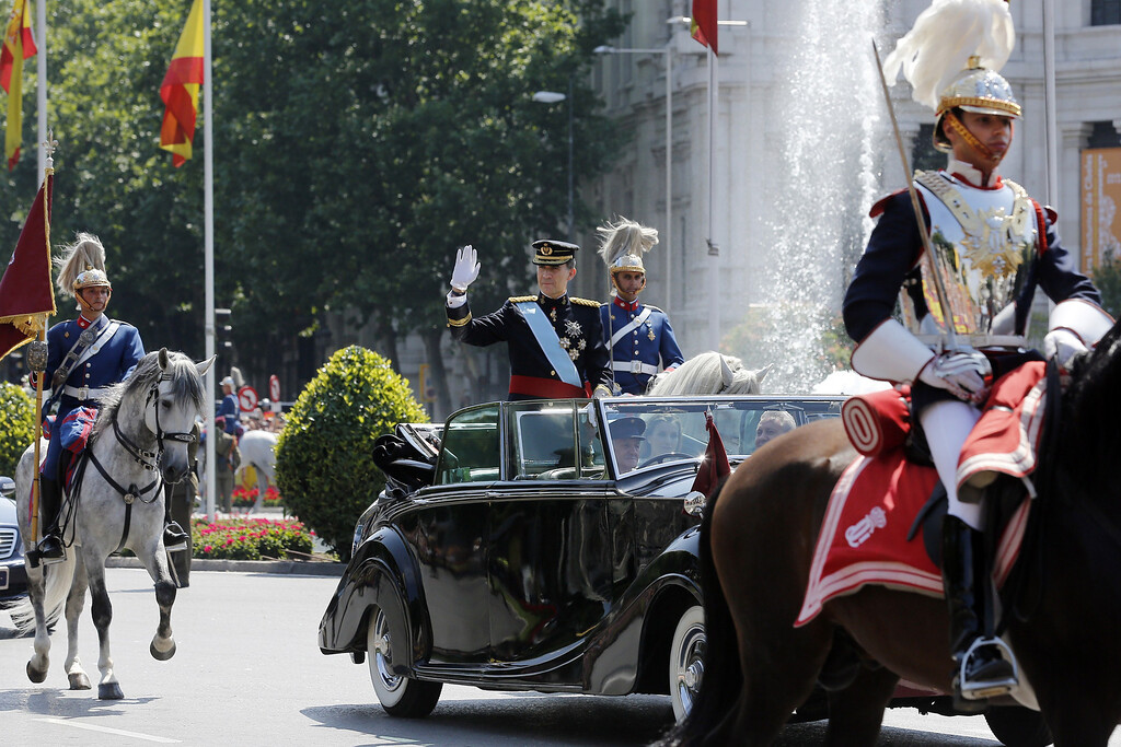 . Spain\'s King Felipe VI waves on his way from the Congress of Deputies, Spain\'s lower House, to the Palacio de Oriente or Royal Palace in Madrid on June 19, 2014 following a swearing in ceremony of Spain\'s new King before both houses of parliament. AFP PHOTO / CESAR MANSO/AFP/Getty Images