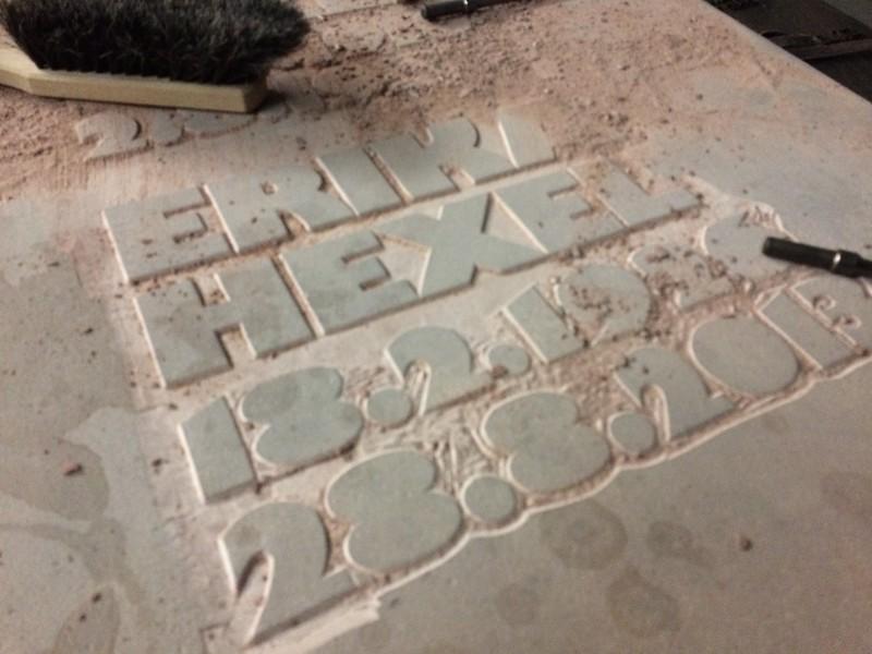 erhabene Inschrift